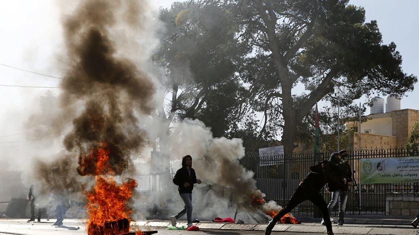 Raiva palestiniana está nas ruas. Há registo de pelo menos um morto
