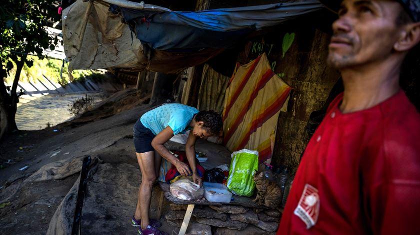 """Salário mínimo na Venezuela desce para 2,46 euros. """"Há quem tenha dois empregos e passe dificuldades"""""""