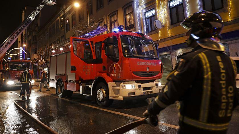Empresário suspeito de mandar incendiar prédio no Porto lucrou com o crime, diz Ministério Público