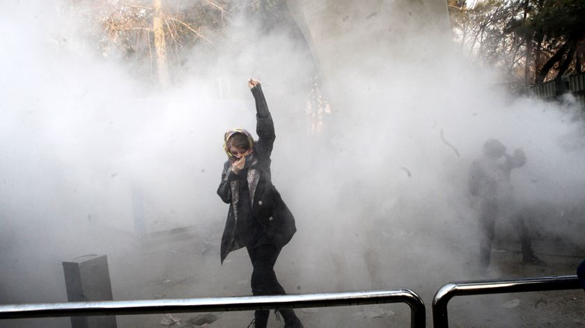 """Líder supremo culpa """"inimigos do Irão"""" pela vaga de protestos"""