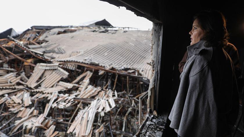 Assunção Cristas visitou os escombros de uma fábrica destruída pelos incêndios de Outubro. Foto: Paulo Novais/Lusa