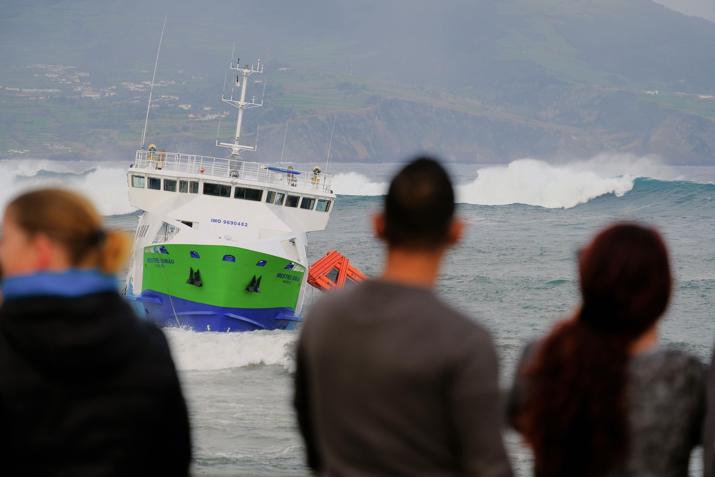 Navio encalhado transportava 70 pessoas — Açores