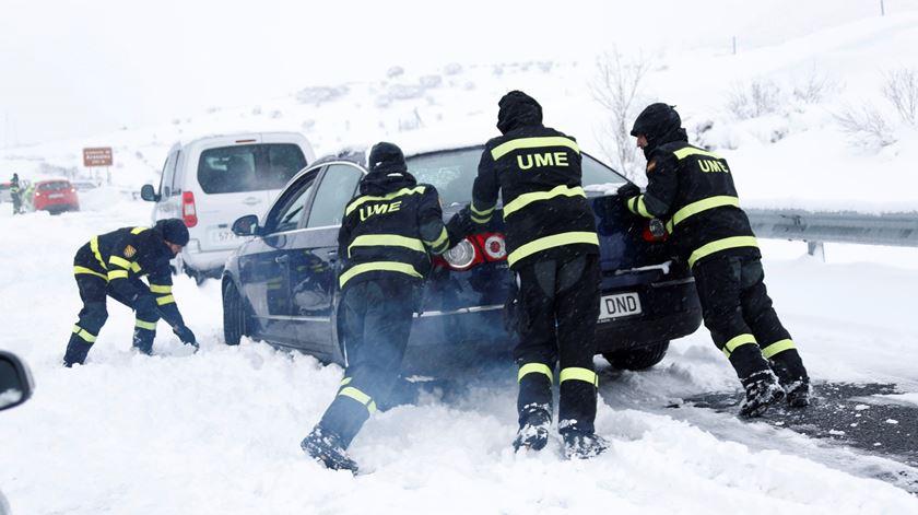 Nevão bloqueou milhares de pessoas em auto-estrada de Espanha