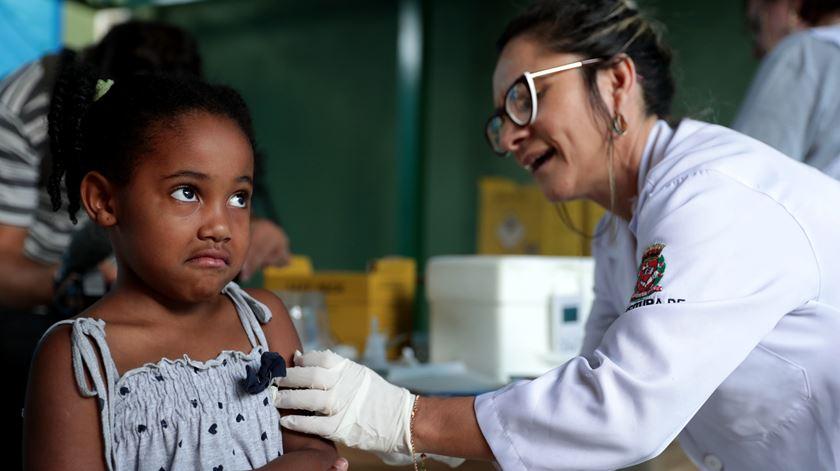 Interrupção de vacinação devido à covid-19 coloca em risco milhões de crianças, alertam OMS e Unicef