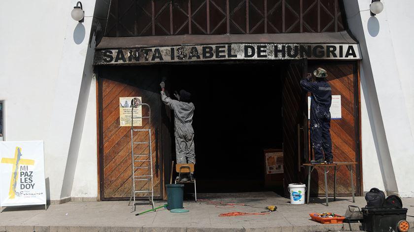 Uma das igrejas atacadas em Santiago do Chile antes da visita do Papa. Foto: Mario Ruiz/EPA