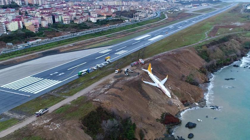 Avião falha a pista e fica preso num penhasco na Turquia
