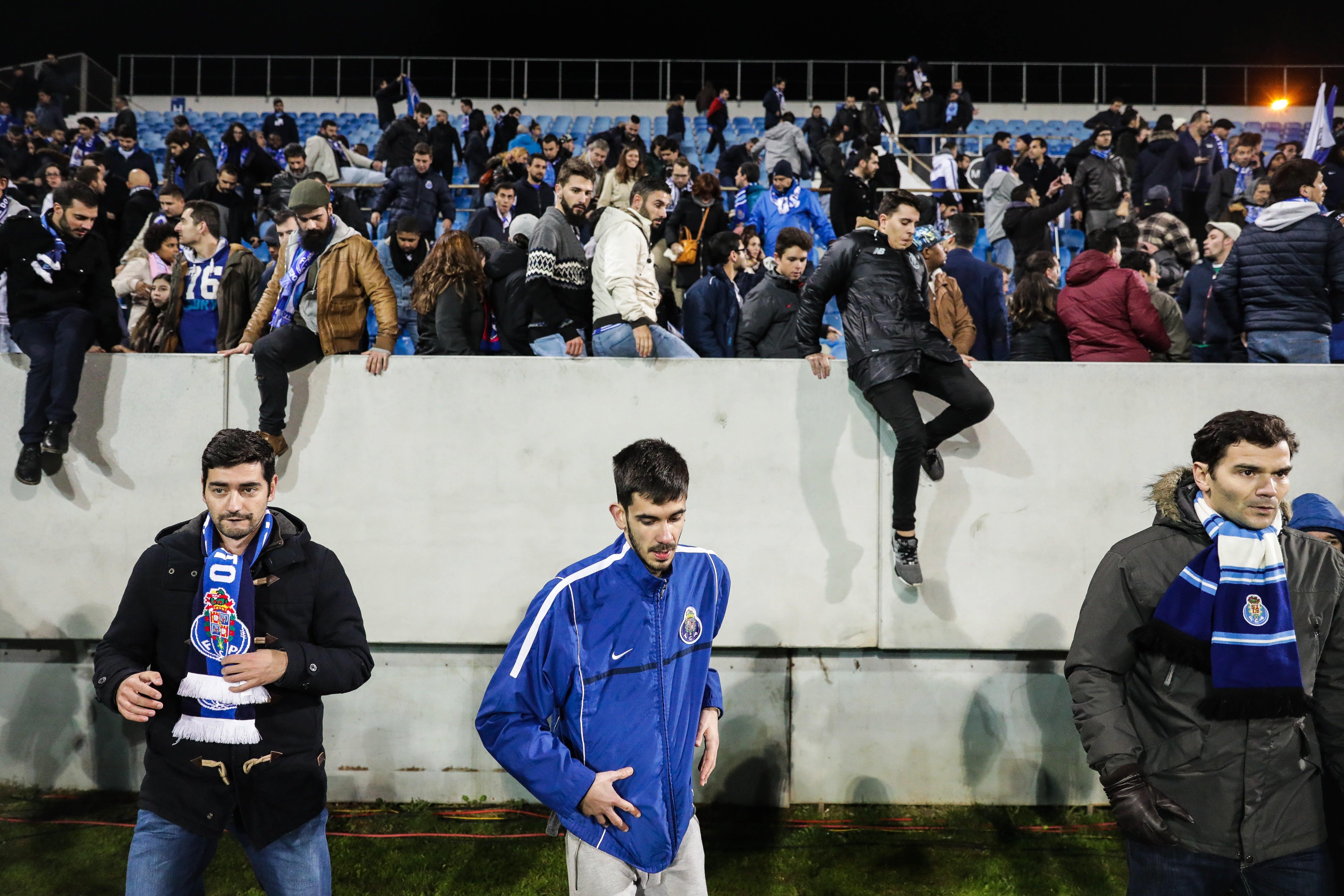 Bancada evacuada devido a fissuras no jogo entre o Estoril -…