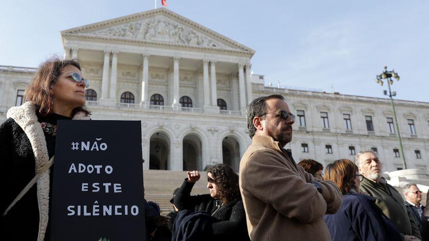 """Vigília exige """"comissão parlamentar de inquérito"""" sobre adopções ilegais"""