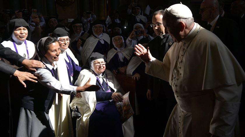 Papa compara freiras fofoqueiras a terroristas