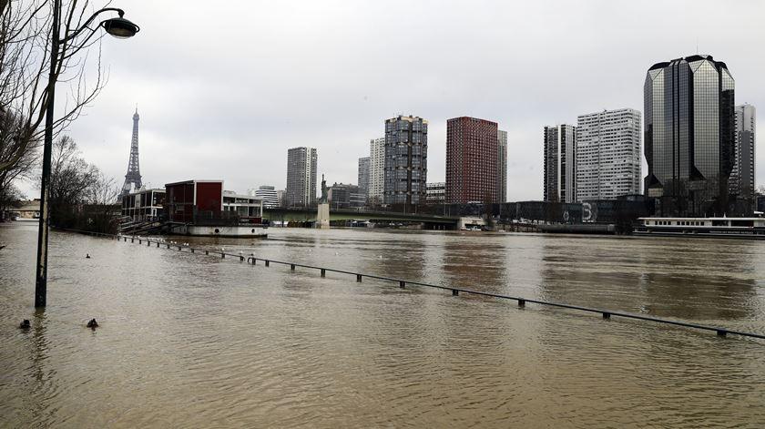 Inundações como as que aconteceram em Paris no início do ano, vão ser mais frequentes. Foto: Etienne Laurent/EPA