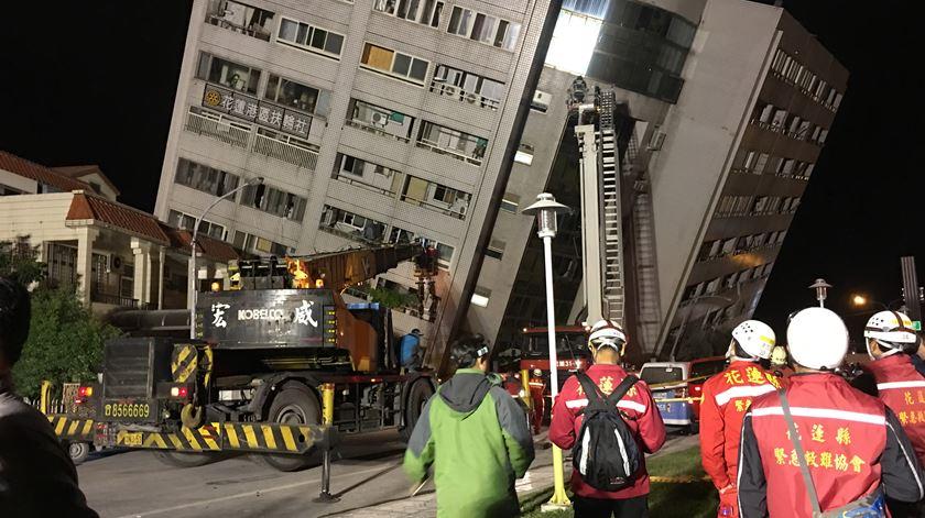 Sismo de magnitude 6,4 em Taiwan provoca o colapso de hotel