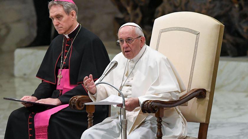 Papa diz que católicos devem rejeitar cartomância e adivinhação