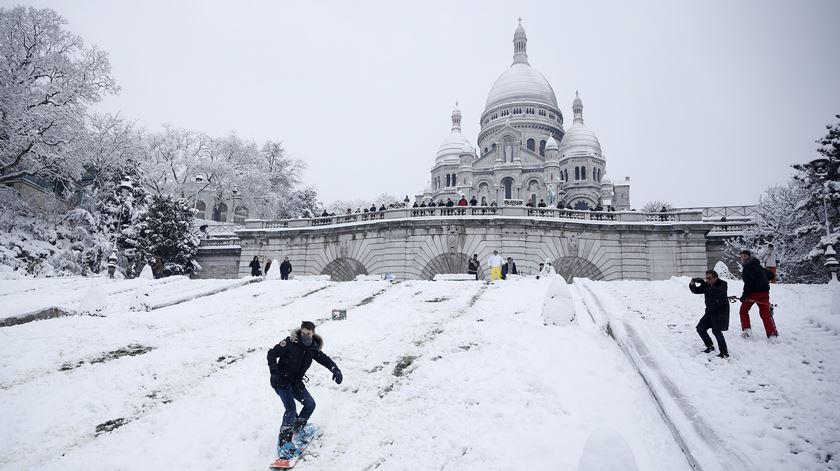 Manto de neve em Paris. Até dá para fazer snowboard junto ao Sacré-Coeur
