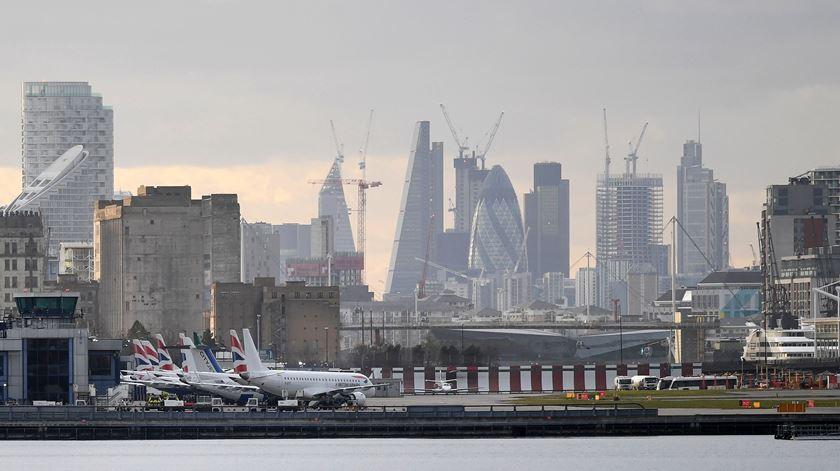 """Epidemiologistas do Reino Unido defendem fim dos """"corredores aéreos"""""""