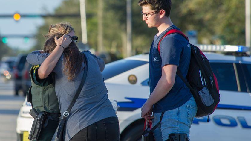 """""""Ele conhecia a escola, preparou-se para isto"""". Alunos descrevem tiroteio em escola nos EUA"""