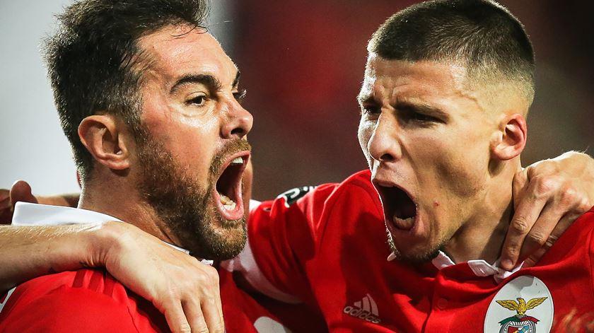 Jorge Soares reserva lugar cativo a Jardel e Rúben Dias na defesa do Benfica. Foto: Mário Cruz/EPA