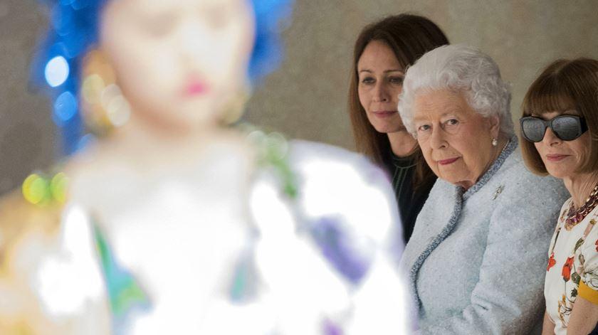 Isabel II faz aparição surpresa na Semana da Moda de Londres