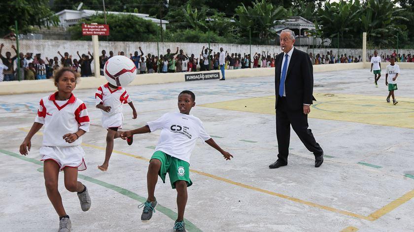 Marcelo, um árbitro de fato e gravata em São Tomé