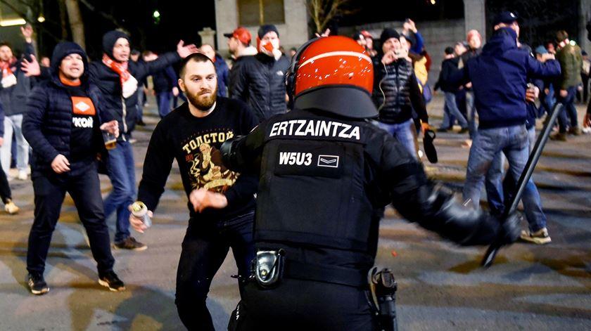 Polícia morre em confrontos violentos entre adeptos do Atlético de Bilbao e do Spartak