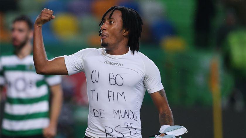 A dedicatória de Gelson a Rúben Semedo, no Sporting - Moreirense. Foto: António Cotrim/Lusa