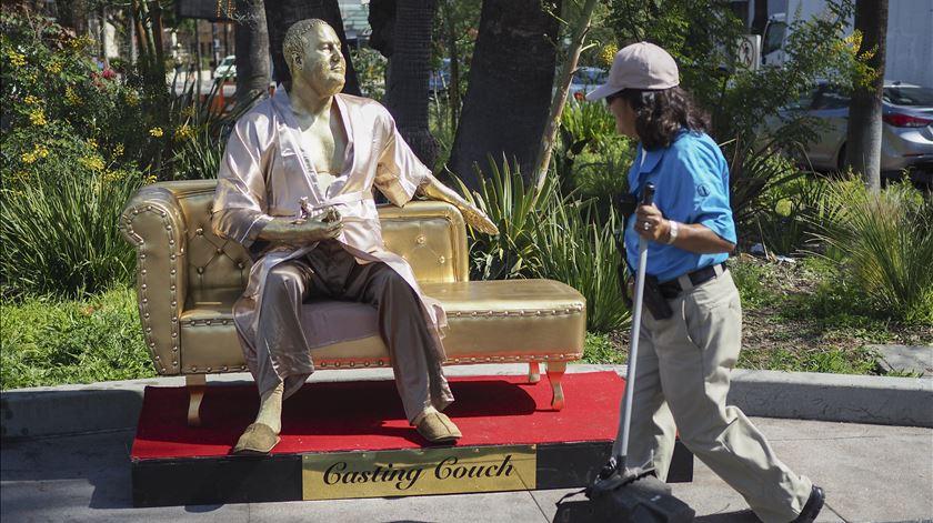 Estátua de Weinstein em roupão surpreende Hollywood a poucos dias dos Óscares