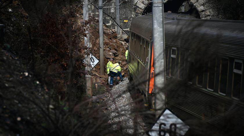 Comboio intercidades descarrila na linha da Beira Alta