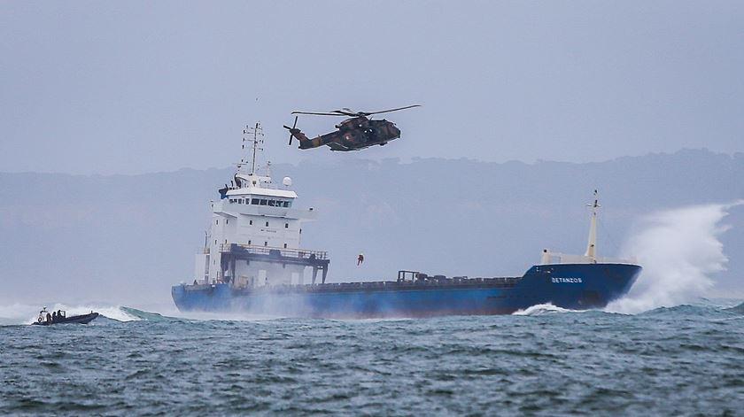 Navio encalhado já não tem tripulantes e aguarda pelo reboque de Gibraltar