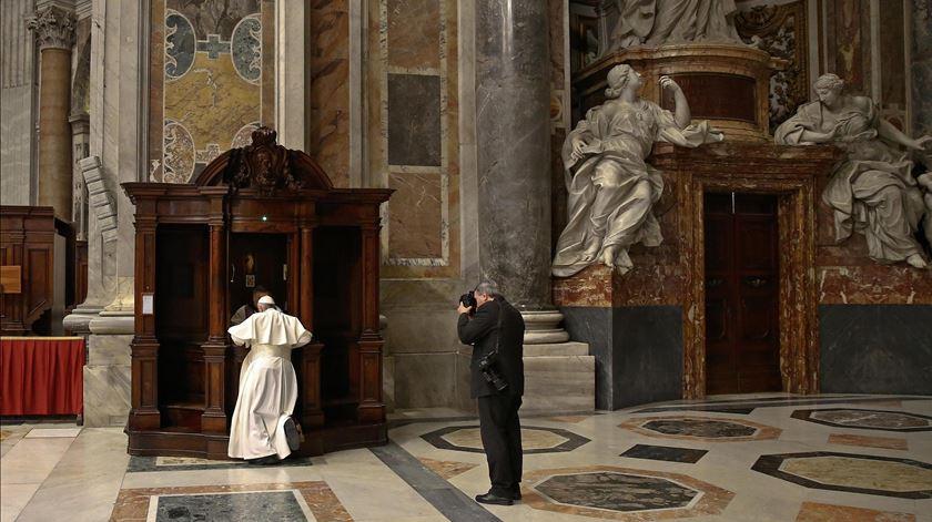 Papa confessa-se em dia dedicado à reconciliação