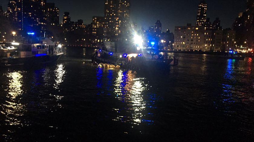 Helicóptero despenha-se no rio em Nova Iorque. Cinco pessoas morreram