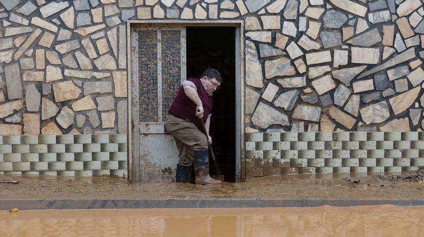 Lamas invadiram casas em São Frutuoso, Coimbra, devido a um deslizamento de terras. Foto: Paulo Novais/Lusa