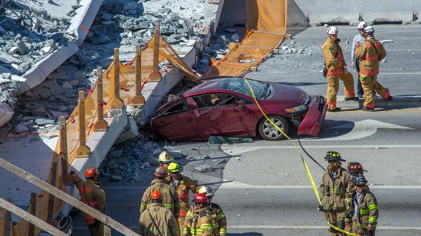 EUA. Queda de ponte pedonal faz seis mortos