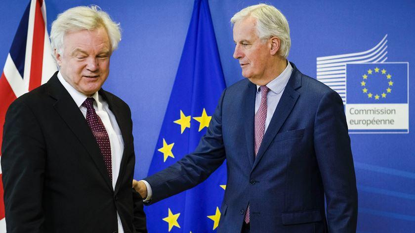 David Davis, do Reino Unido, e Michel Barnier, chefe das negociações da UE, conseguiram acordar 21 meses de transição. Foto: Olivier Hoslet/EPA