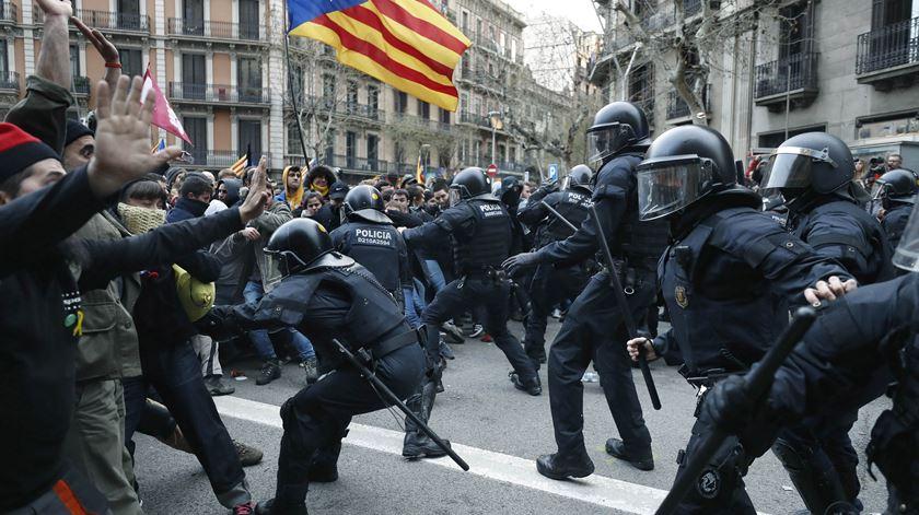 Quase uma centena de feridos em protestos contra a detenção de Puigdemont