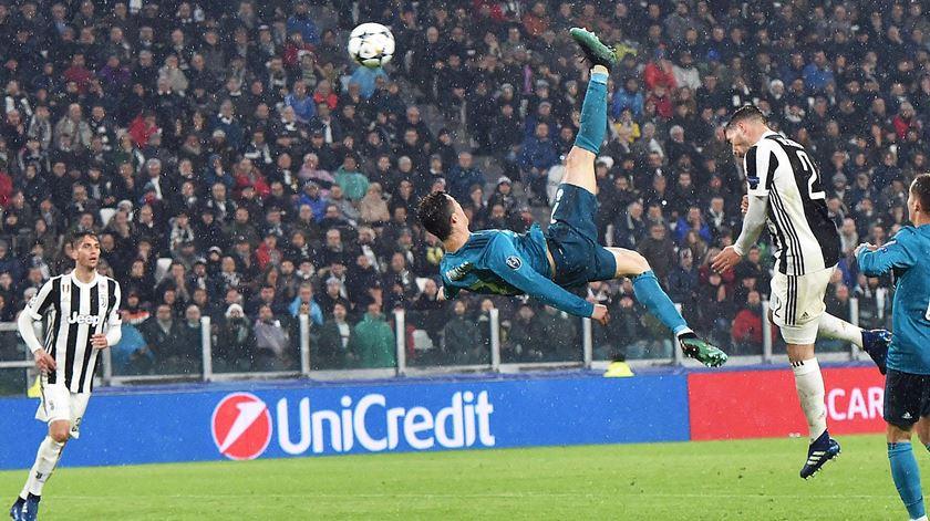 Ronaldo marcou de bicicleta e levantou um estádio inteiro