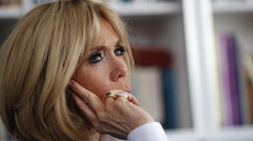 A primeira-dama francesa regressa ao ensino para ajudar desempregados