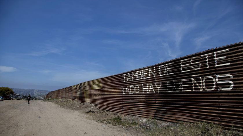 Pentágono desvia fundos de escolas e centros de dia para o muro de Trump