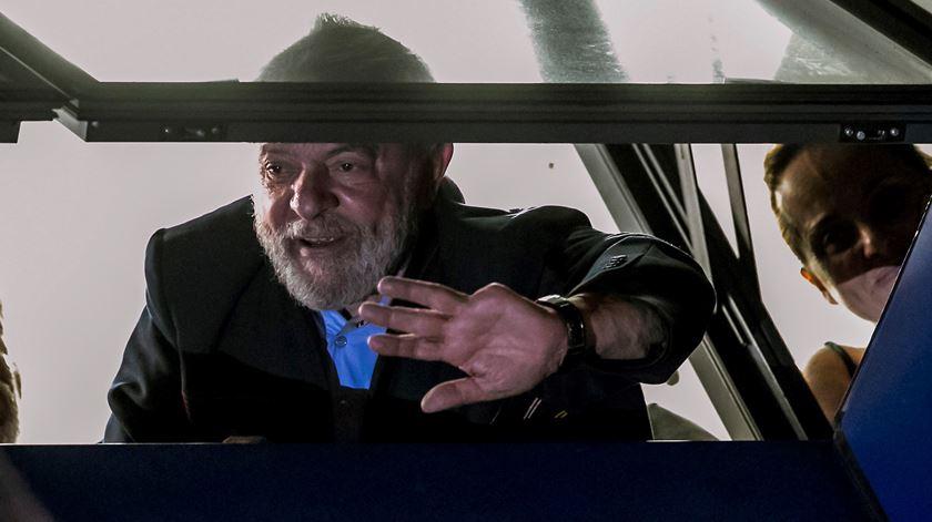 Apoiantes de Lula da Silva saem à rua. Lula agradece da janela