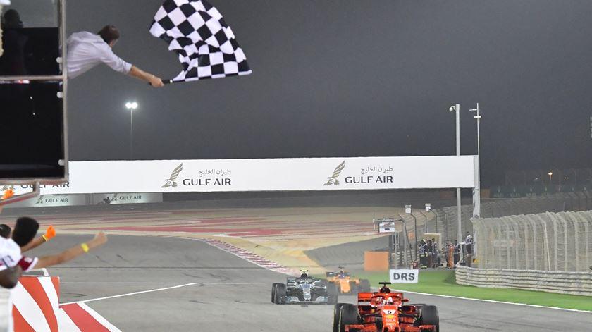 Vettel, Ferrari, bandeirada, Bahrain. Foto: Giuseppe Cacace/EPA