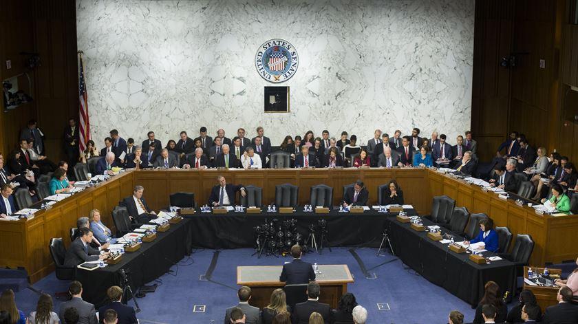 """""""Em que hotel ficou esta noite?"""" Senador testa limites à privacidade de Zuckerberg"""