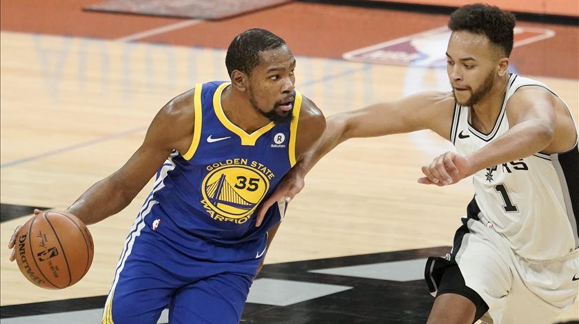 """Warriors e Pelicans a uma vitória das """"meias"""" da conferência"""