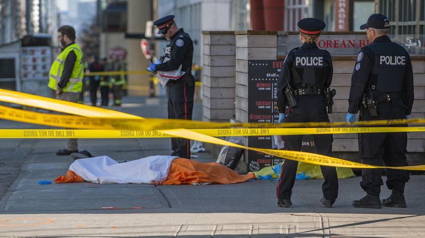 """""""Subiu o passeio e começou a atropelar toda a gente"""". Testemunhas relatam atropelamento em Toronto"""