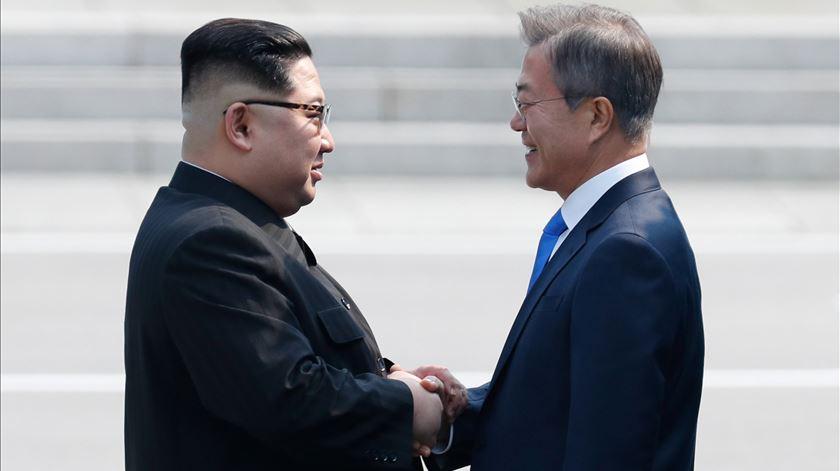 Líderes das Coreias já se cumprimentaram na zona desmilitarizada