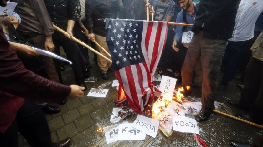 """EUA aprovam sanções contra """"atividades malignas"""" do Irão"""