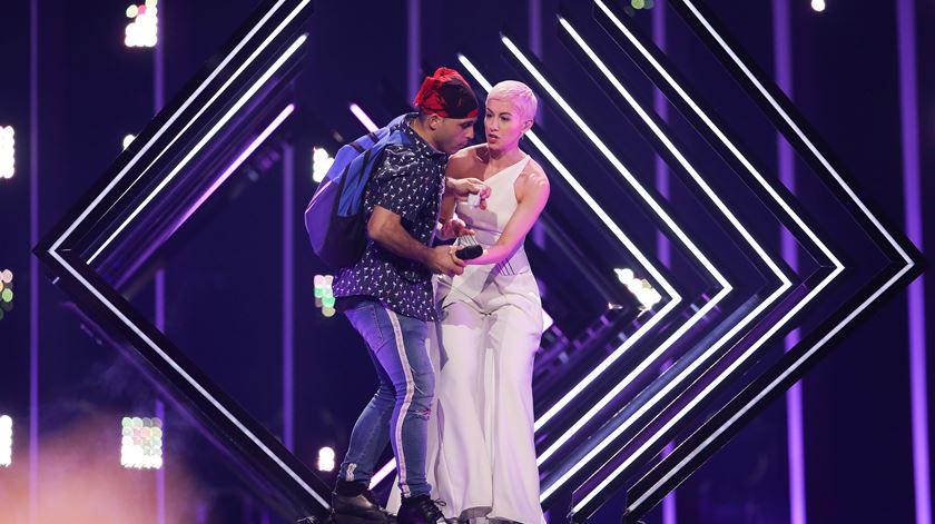 Eurovisão. Espetador invade palco durante atuação de Inglaterra