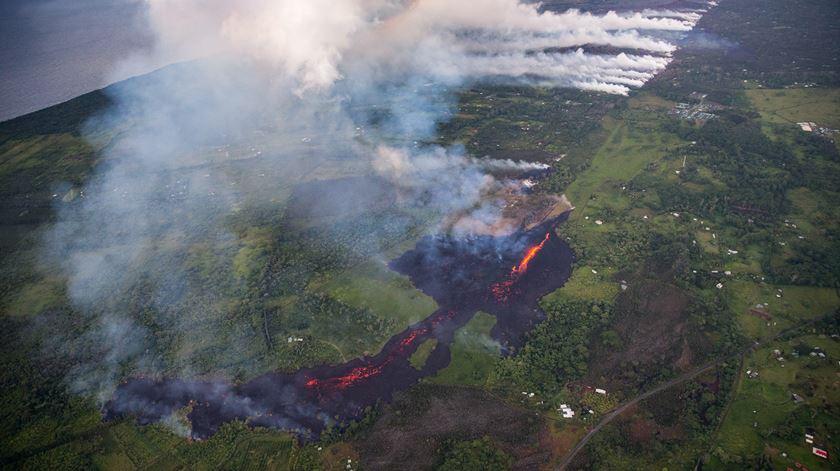Nuvem de cinzas do vulcão Kilauea coloca Havai em alerta vermelho