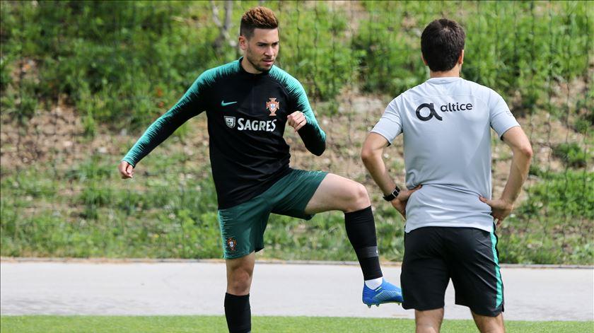 Raphael Guerreiro e Moutinho não treinam