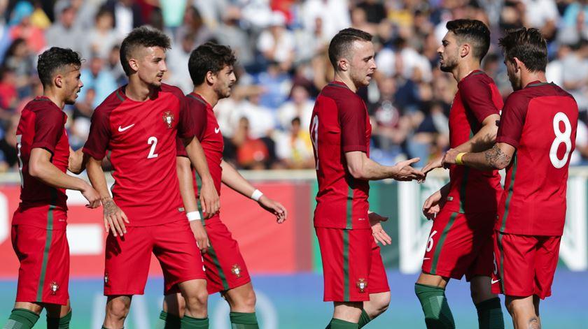 Portugal vence no País de Gales e mantém esperança no apuramento para o Europeu