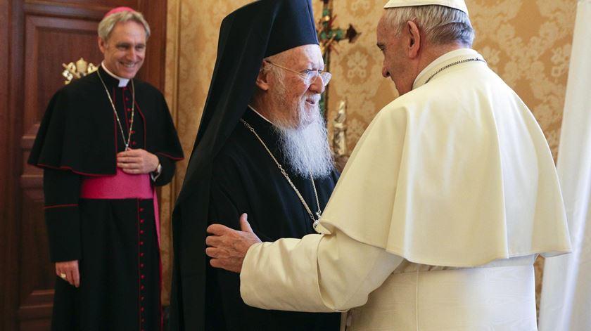 Papa Francisco e o Patriarca de Constantinopla. Foto: Gregorio Borgia/EPA