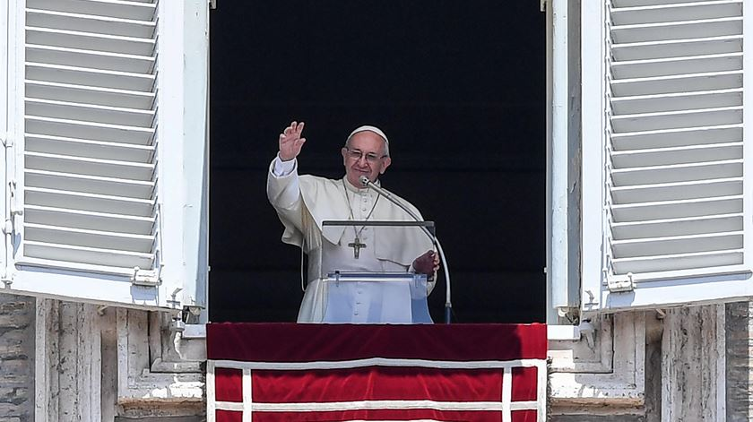 """Papa pede que povo sírio seja """"poupado a mais sofrimento"""""""