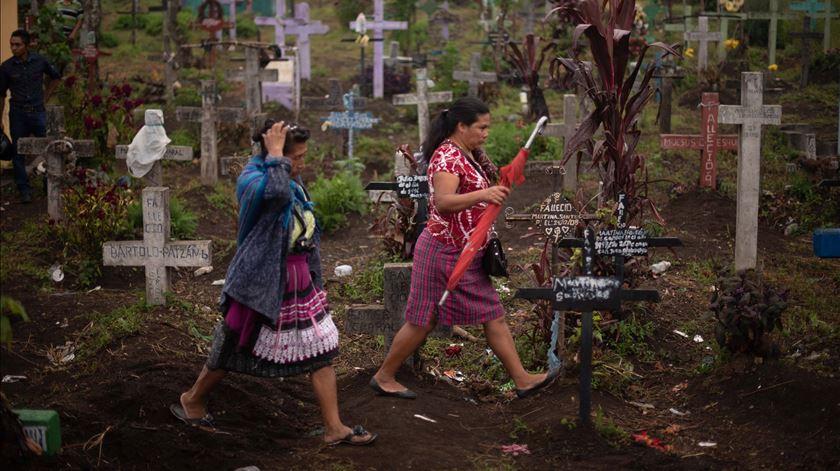 Funeral de vítima do vulcão do Fogo, em Alotenango. Foto: Santiago Billy/EPA